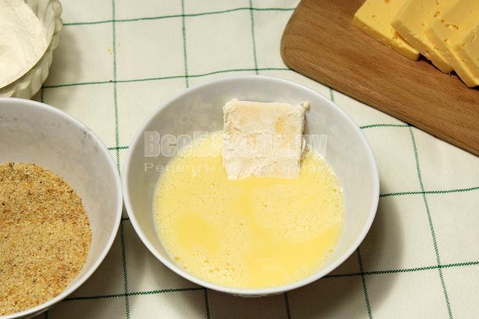 Второй раз окунули сыр в яйцо