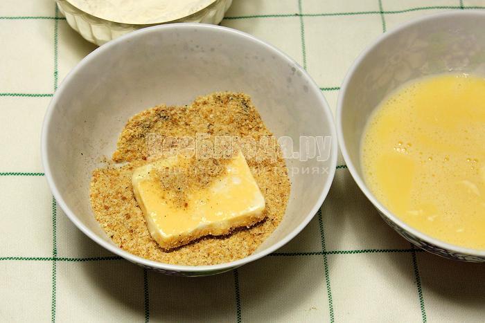 Обваляли сыр в сухарях