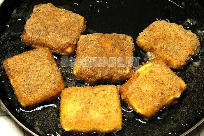 Сыр на сковородке в масле