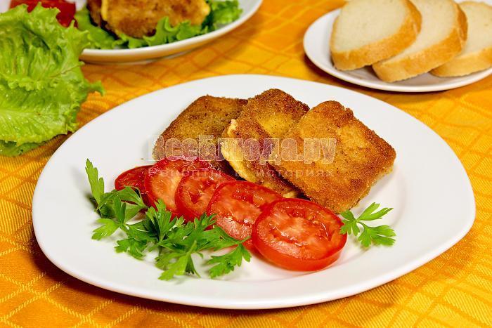Жареный сыр с овощами на тарелке