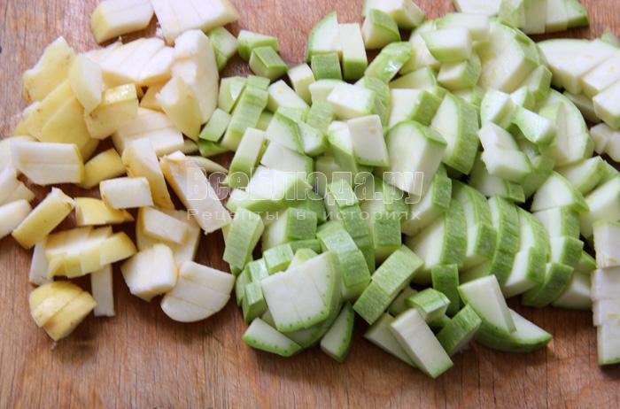 режу кабачок, яблоко