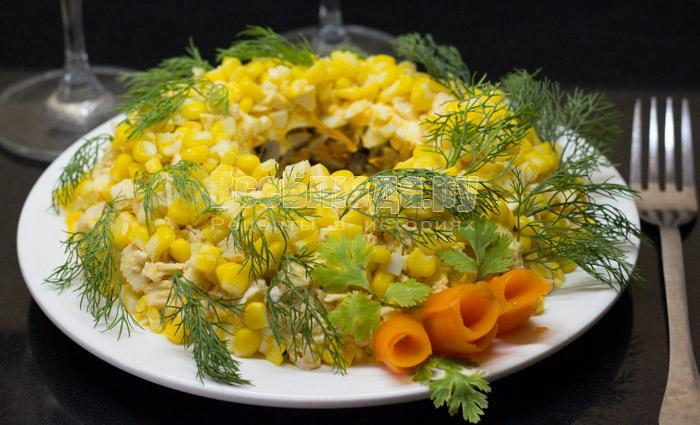 салат с кукурузой, грибами, куриным филе, луком, яйцами и морковкой