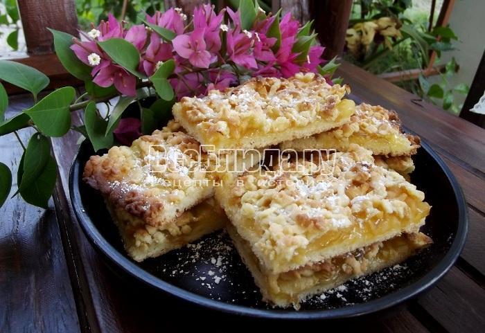 Посыпной пирог с тертыми яблоками и ананасовым джемом