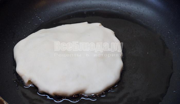 обжарить лепешку с одной стороны