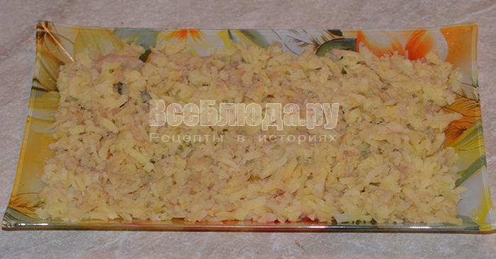 выложите картофель и лук