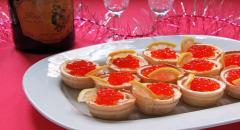 Закуска с красной икрой, плавленным сыром в тарталетках