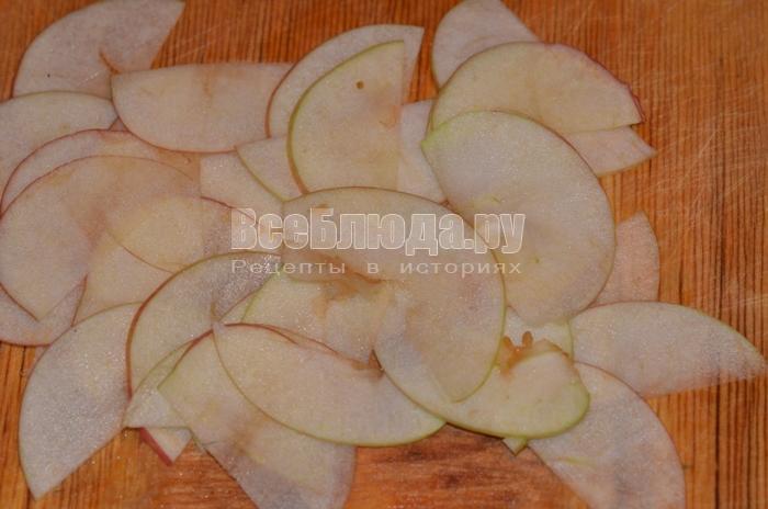 нарежьте яблоко полукольцами