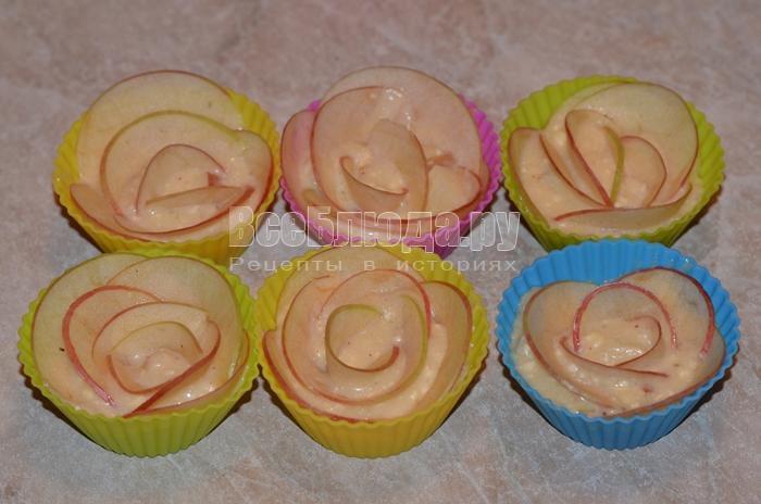 уложите яблоки в виде лепестков