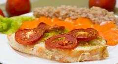 Рецепт семги в сметане с морковкой и помидорами