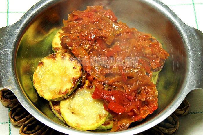 Кабачки с поджаренными овощами в миске