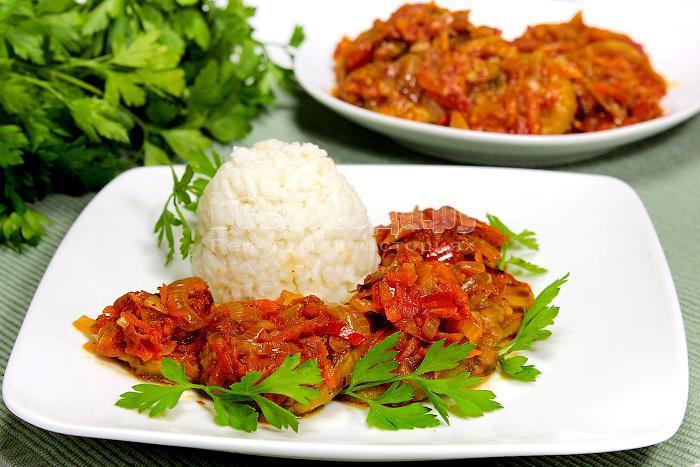 Готовые кабачки с рисом и овощной поджаркой