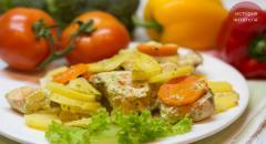 Семга в сметаннном соусе, запеченная с картошкой и морковкой в духовке