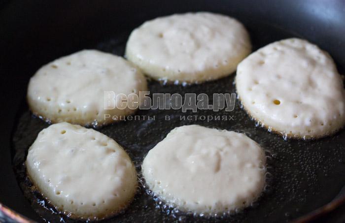 жарить оладьи на кислом молоке с двух сторон