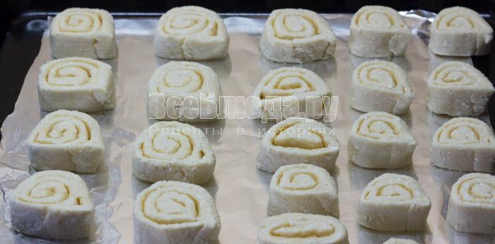 уложить печенье из творога на противень