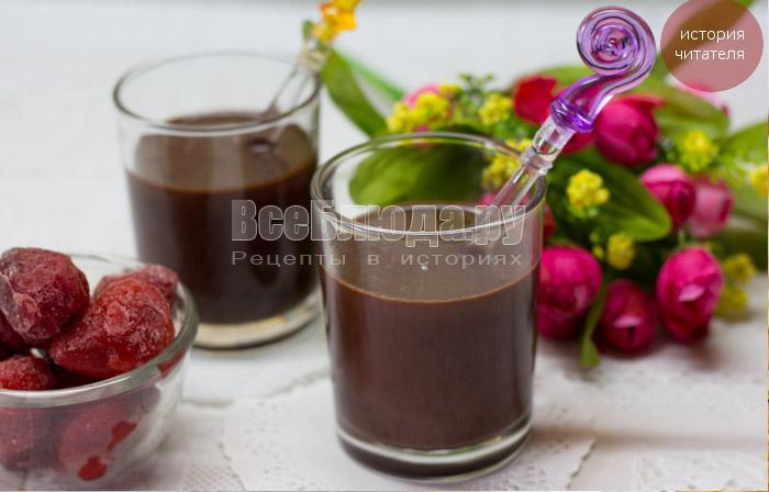 готовый десерт с клубникой, шоколадом и сливками