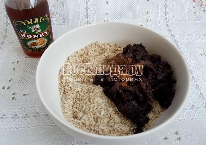 добавить мед и изюм