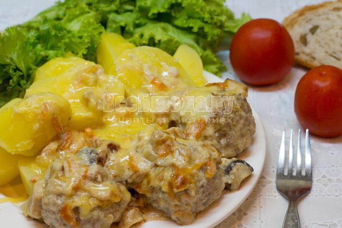 тефтели и картошка с грибами под сливочным соусом