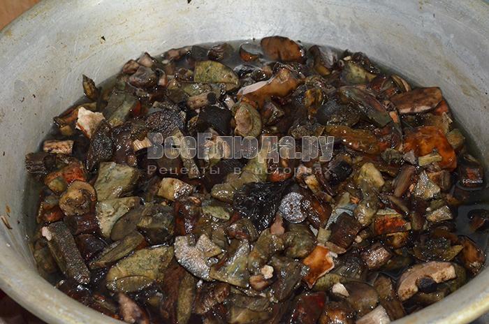 высыпите грибы в чашку