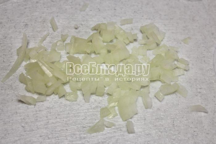 порезать белый лук мелко