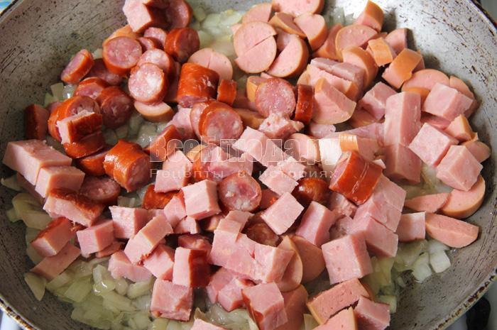 жарю лук и мясные продукты