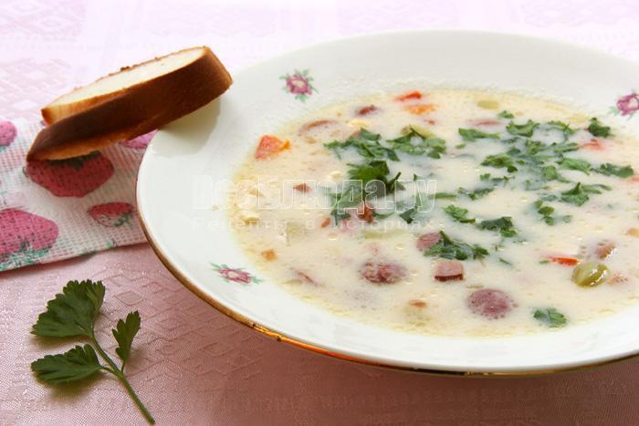 вкусный белый суп с сыром, грибами, овощами