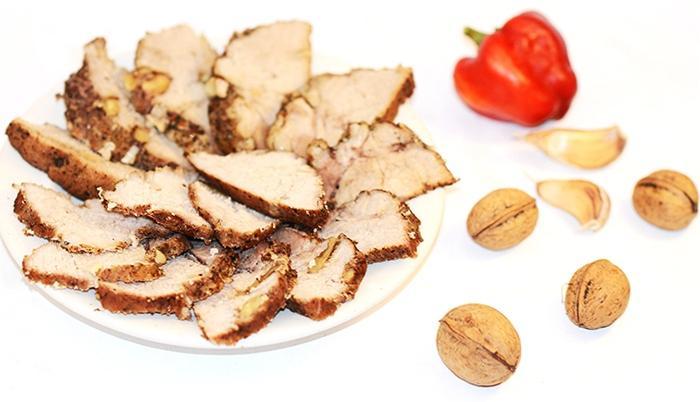 Рецепт карбоната из свинины в духовке с орехами и чесноком