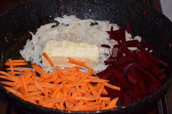 высыпите морковь, лук и свеклу