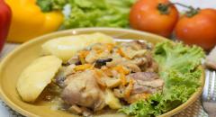 Курица обжареная в сметанно-грибном соусе