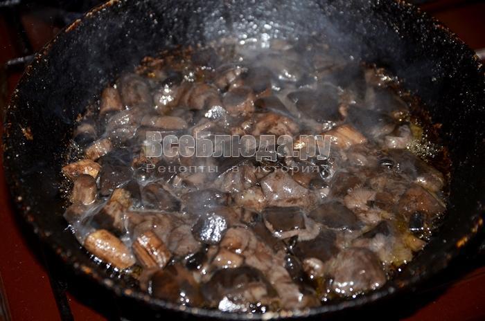 высыпите грибы на сковороду