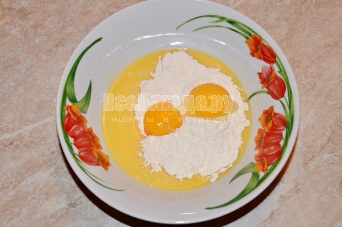 перемешайте желтки, маргарин и муку