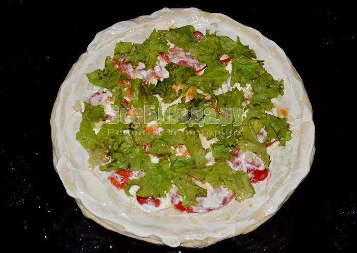 положите листья салата