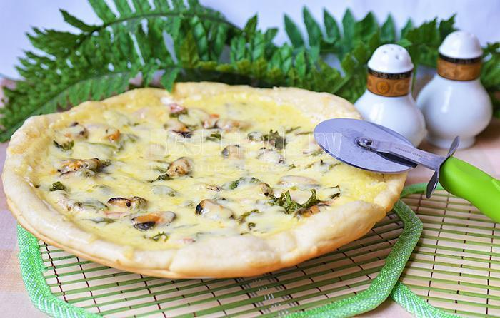 готовая круглая пицца с мидиями
