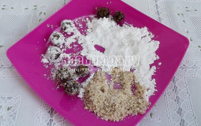 обвалять конфеты в сахарной пудре