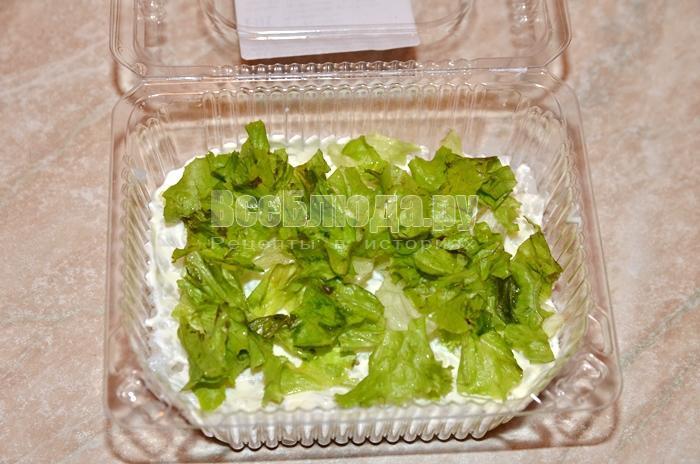 уложите листья салата