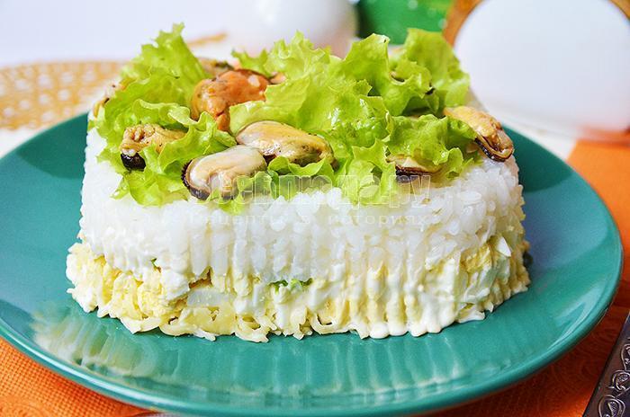 рецепт салата с мидиями, яйцами и сыром