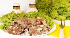 Запеченный свиной язык с чесноком в сметане