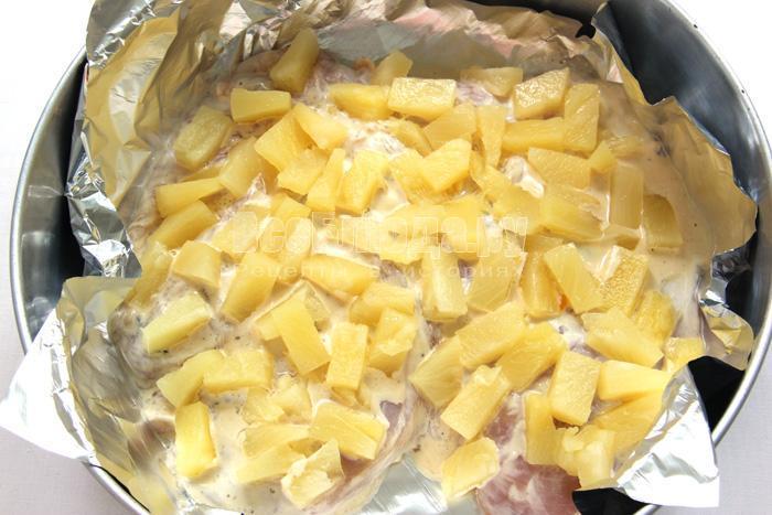 выкладываю ананасы