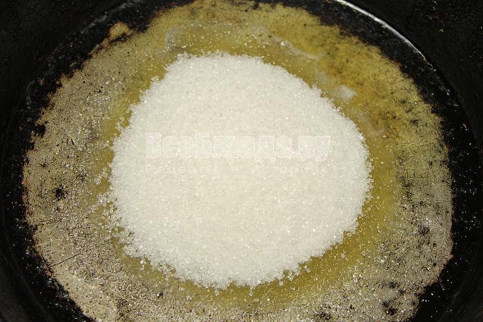 Смешиваем растопленное масло и сахар