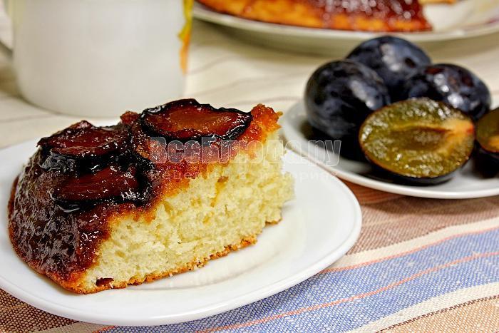 Кусочек готового тарт-татена со сливами на тарелке