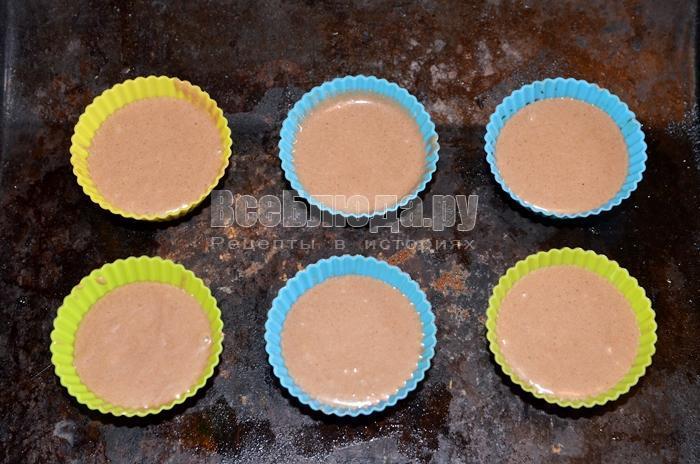 разлейте тесто по формочкам