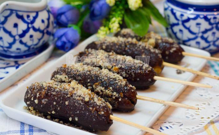 шоколадные бананы на палочке с орешками