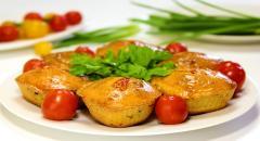 Закусочные маффины с помидорами, брынзой и зеленым луком