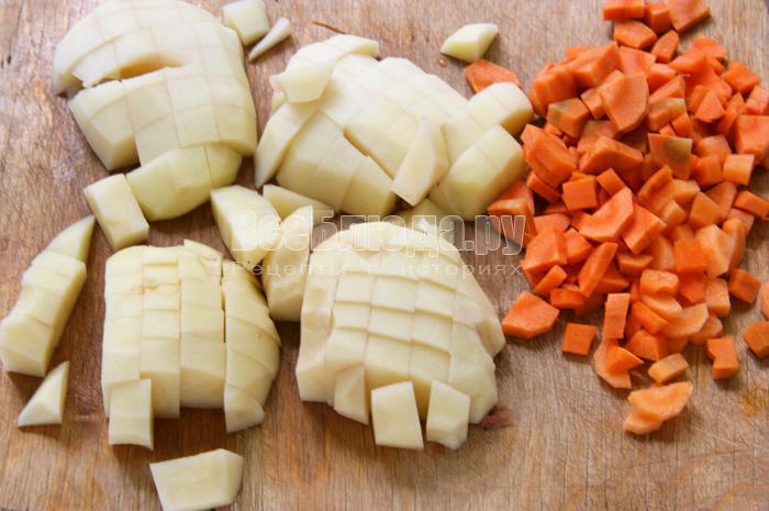 нарезаю морковь и картофель