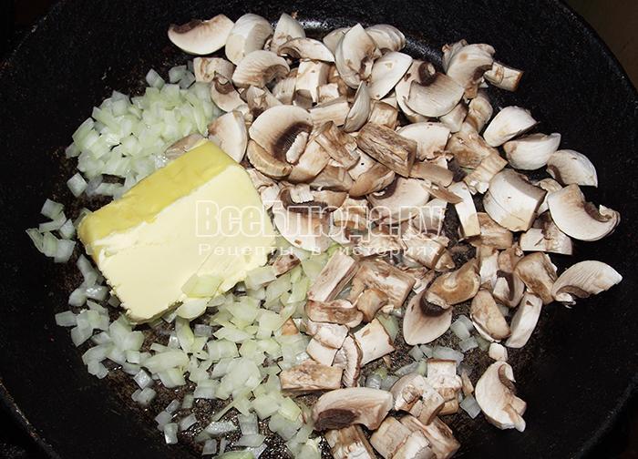 обжарьте грибы и лук