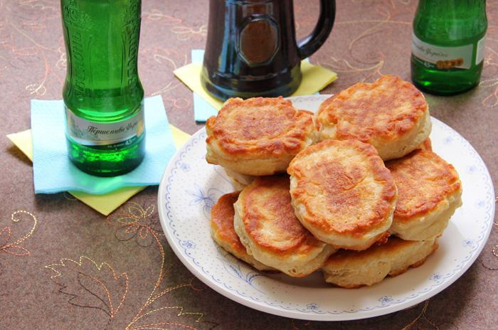 Соленые жареные пирожки с сыром сулугуни и салом