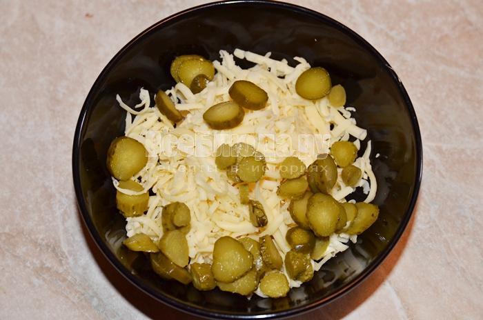 высыпите огурцы в тарелку
