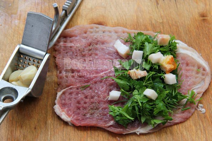 Пальчики из свинины с салом, зеленью и чесноком на сковородке