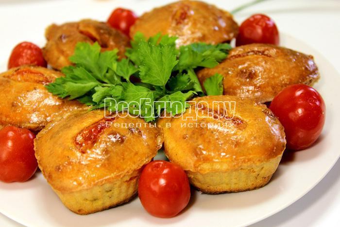 выпекать закусочные маффины с помидорами в духовке