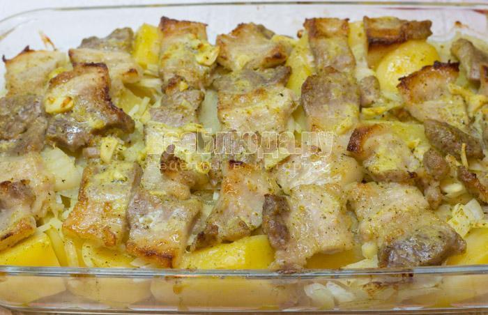запекать грудинку с картошкой в духовке