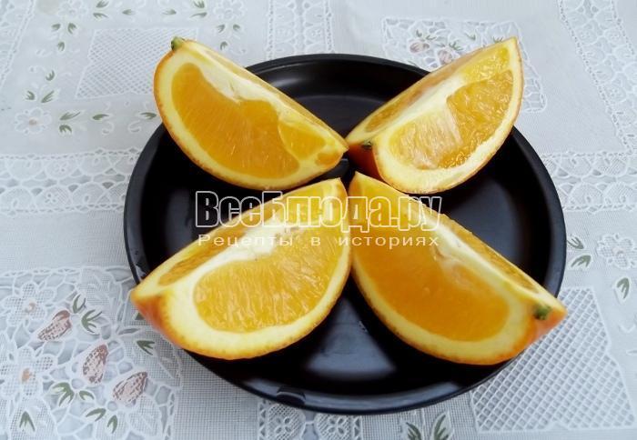 разрежьте на 4 части апельсины
